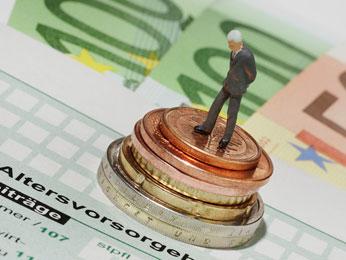 Mann auf gestapelten Münzen, daruinter der Altersvorsorgeantrag
